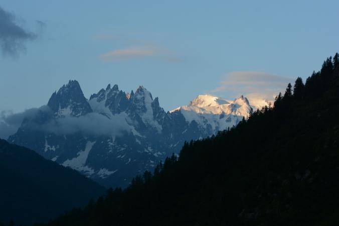 Východ slunce a masiv Mt. Blancu (Sam Straka)