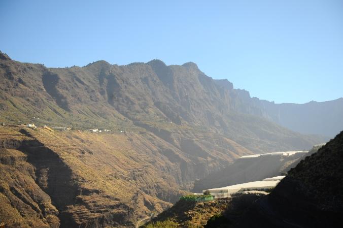 Tam nahoře je Roque de los Muchachos a po tom hřebeni se utíká