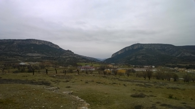 Nejdřív k vysílačům vpravo, pak dozadu a po levé straně nahoru a zpátky do vesnice...Subida al Cerro de la Degolla