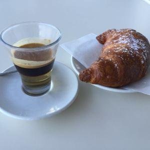 Kávička a dietka v Miláně na letišti.